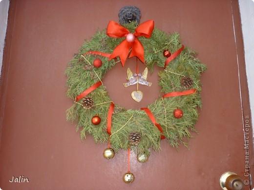 """На сайте в Новогодние праздники появилось очень много рождественских веночков. Это и неудивительно, ведь к нам уже достаточно давно перебралась эта католическая традиция украшать входные двери своего дома подобными венками - символами вечной жизни.   <...Традиционный рождественский венок происходит от лютеранской католической церкви. Как правило, это венок из веток вечнозеленого хвойного дерева (или его имитация) с четырьмя свечами. Первую свечу традиционно зажигают за четыре недели до Рождества именно в воскресный день. Свеча на рождественском венке – это хорошая традиция, которая символизирует свет, приходящий  в мир с рождением Иисуса Христа. В каждое следующее воскресенье полагается зажигать по одной свече. А вот в последнее воскресенье перед Рождеством нужно зажечь все четыре свечи, дабы осветить место, где возлежит рождественский венок (церковный  алтарь, убранное к Рождеству место в доме или обеденный стол) (из статьи """"Символы и традиции Рождества: история, происхождение, интересные факты"""")...>   Мои венки не претендуют на звание классических (но оно ведь и правильно, я - православная христианка), но надеюсь они вернут вас в атмосферу недавних праздников :) фото 6"""
