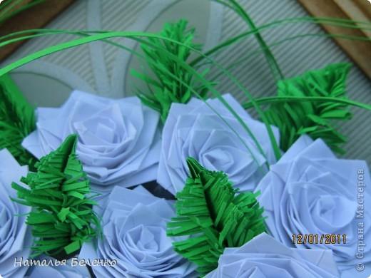 Здравствуйте, уважаемые жители СМ. Сегодня у меня еще один зимний букет - белые розочки в сочетании с еловыми веточками и травинки для декора. фото 3