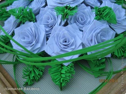 Здравствуйте, уважаемые жители СМ. Сегодня у меня еще один зимний букет - белые розочки в сочетании с еловыми веточками и травинки для декора. фото 4