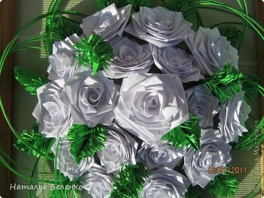 Здравствуйте, уважаемые жители СМ. Сегодня у меня еще один зимний букет - белые розочки в сочетании с еловыми веточками и травинки для декора. фото 5