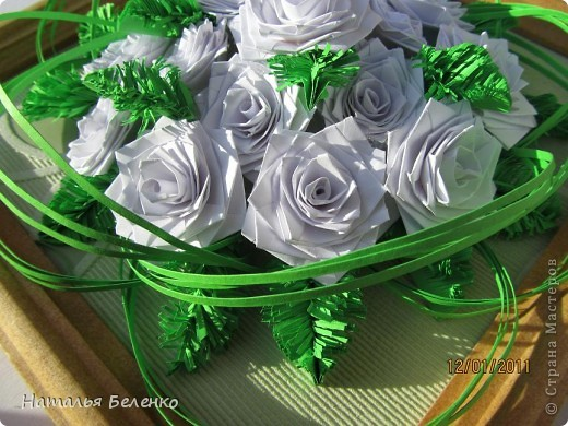Здравствуйте, уважаемые жители СМ. Сегодня у меня еще один зимний букет - белые розочки в сочетании с еловыми веточками и травинки для декора. фото 6