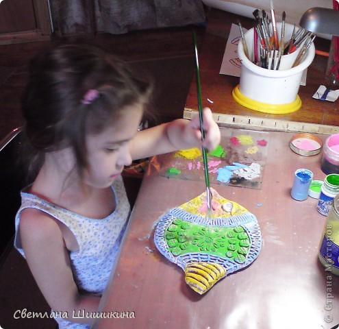 """Эту рыбку раскрасить мне помогала доченька. На ней Радочка училась росписи так сказать """"сухой кистью"""" (я не знаю как эта техника росписи называется, и называю её так). Я только украсила контурами и приклеила реснички. фото 6"""
