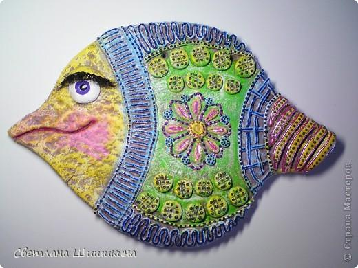 """Эту рыбку раскрасить мне помогала доченька. На ней Радочка училась росписи так сказать """"сухой кистью"""" (я не знаю как эта техника росписи называется, и называю её так). Я только украсила контурами и приклеила реснички. фото 1"""