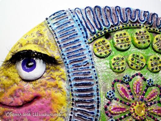 """Эту рыбку раскрасить мне помогала доченька. На ней Радочка училась росписи так сказать """"сухой кистью"""" (я не знаю как эта техника росписи называется, и называю её так). Я только украсила контурами и приклеила реснички. фото 2"""