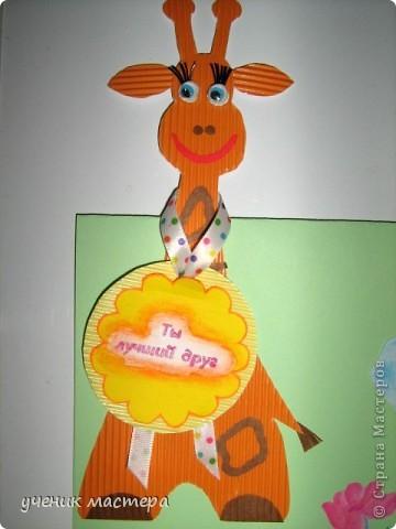 Открытка по скетчу: http://stranamasterov.ru/node/131341?c=favorite  Сложите лист пополам, это будет основа нашей открытки. Приклейте корпус жирафа так, чтобы голова выходила за линию сгиба.  Наша открытка может прекрасно стоять на столе. фото 3