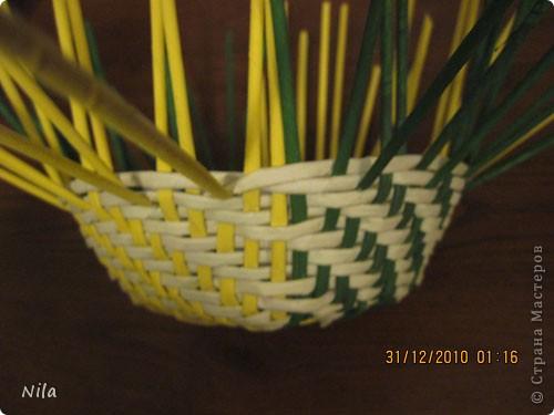 Сделала еще одну тарелочку. На этот раз фотографировала процесс. Здесь выкладу подробное плетение дна .Цвета можно обыгрывать по разному, как и само плетение. Просто показываю принцип. Чтобы дно было прочное и не рассыпалось , надо  обплетать не более 4 трубочек. Можно один ряд пропустить 6, но тогда следующий ряд обплести погуще фото 22