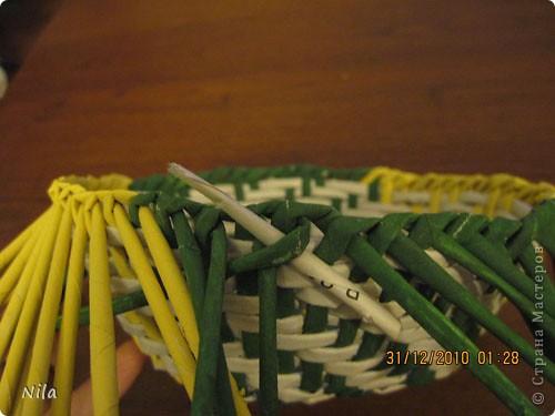 Сделала еще одну тарелочку. На этот раз фотографировала процесс. Здесь выкладу подробное плетение дна .Цвета можно обыгрывать по разному, как и само плетение. Просто показываю принцип. Чтобы дно было прочное и не рассыпалось , надо  обплетать не более 4 трубочек. Можно один ряд пропустить 6, но тогда следующий ряд обплести погуще фото 26