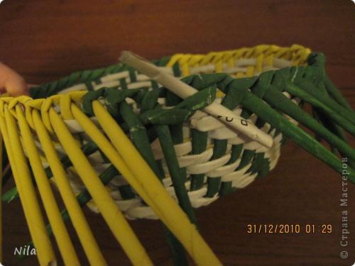 Сделала еще одну тарелочку. На этот раз фотографировала процесс. Здесь выкладу подробное плетение дна .Цвета можно обыгрывать по разному, как и само плетение. Просто показываю принцип. Чтобы дно было прочное и не рассыпалось , надо  обплетать не более 4 трубочек. Можно один ряд пропустить 6, но тогда следующий ряд обплести погуще фото 28