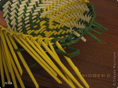 Сделала еще одну тарелочку. На этот раз фотографировала процесс. Здесь выкладу подробное плетение дна .Цвета можно обыгрывать по разному, как и само плетение. Просто показываю принцип. Чтобы дно было прочное и не рассыпалось , надо  обплетать не более 4 трубочек. Можно один ряд пропустить 6, но тогда следующий ряд обплести погуще фото 29