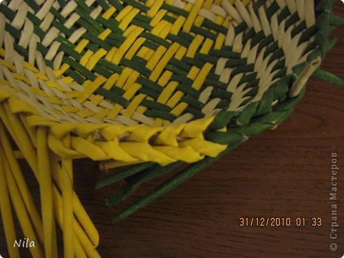 Сделала еще одну тарелочку. На этот раз фотографировала процесс. Здесь выкладу подробное плетение дна .Цвета можно обыгрывать по разному, как и само плетение. Просто показываю принцип. Чтобы дно было прочное и не рассыпалось , надо  обплетать не более 4 трубочек. Можно один ряд пропустить 6, но тогда следующий ряд обплести погуще фото 30