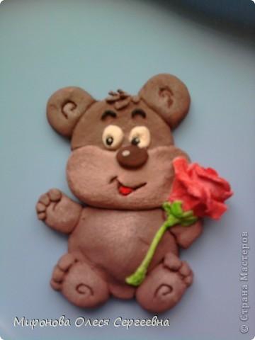 это медведь с розой. у розы нет листьев но потом я сделала оформила в рамку из теста и к рамки добавила еще розы,его мой муж на новый год подорил колеги по работе.К сожелению в готовом виде фото нет,забыле сфоткать. фото 1