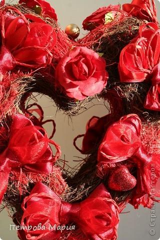 Вот наконец и получилась форма сердца. В основе гофрированный картон вырезанный в форме сердца. фото 3