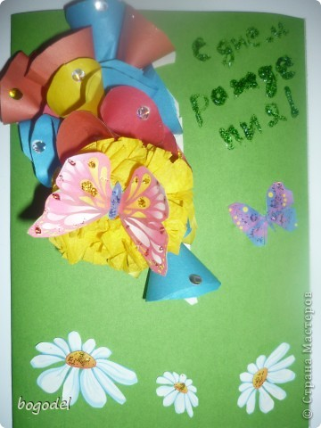 картон цветной, ромашки и бабочки вырезаны из картинки. Желтый одуванчик сделан из солфетки. остальные цветы из цветной двусторонней бумаги, украшены конфети. Надпись сделана с помошью геля с блесками