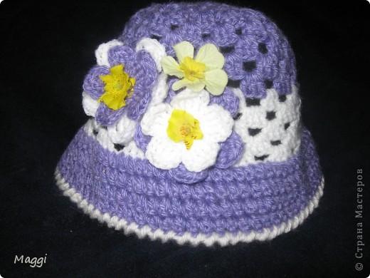 Шляпка связана по МК Голубки в подарок девочке. Уже второй раз вяжу подобную шапульку - очень нравится! Во-первых, потому что быстро, во-вторых, всегда есть возможность импровизации с разными нитками, цветами и украшениями.