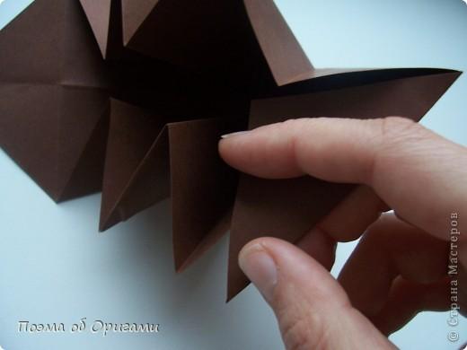 Эта ваза – модель знаменитого слепого оригамиста – Сабуро Казе. Ромашку придумал не менее известный автор – Сергей Афонькин. И цветок и ваза сложены из квадратов одной величины. Дополнительно понадобится еще один зеленый квадрат для стебля. Таким образом, для одной поделки потребуется три квадрата 20х20см. фото 10