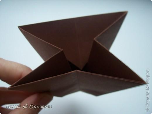 Эта ваза – модель знаменитого слепого оригамиста – Сабуро Казе. Ромашку придумал не менее известный автор – Сергей Афонькин. И цветок и ваза сложены из квадратов одной величины. Дополнительно понадобится еще один зеленый квадрат для стебля. Таким образом, для одной поделки потребуется три квадрата 20х20см. фото 11
