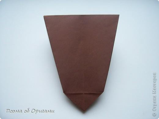 Эта ваза – модель знаменитого слепого оригамиста – Сабуро Казе. Ромашку придумал не менее известный автор – Сергей Афонькин. И цветок и ваза сложены из квадратов одной величины. Дополнительно понадобится еще один зеленый квадрат для стебля. Таким образом, для одной поделки потребуется три квадрата 20х20см. фото 12