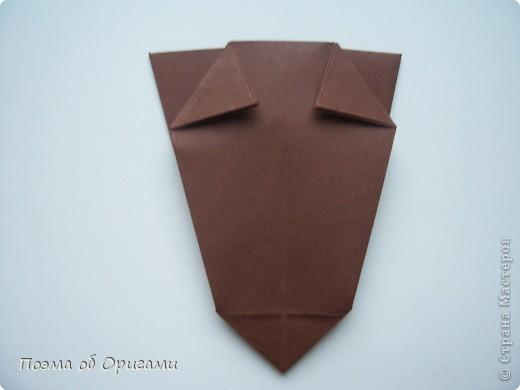 Эта ваза – модель знаменитого слепого оригамиста – Сабуро Казе. Ромашку придумал не менее известный автор – Сергей Афонькин. И цветок и ваза сложены из квадратов одной величины. Дополнительно понадобится еще один зеленый квадрат для стебля. Таким образом, для одной поделки потребуется три квадрата 20х20см. фото 13