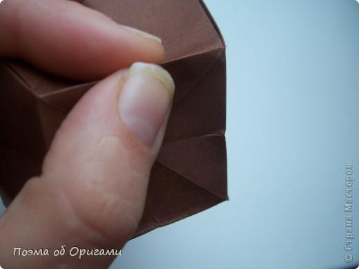Эта ваза – модель знаменитого слепого оригамиста – Сабуро Казе. Ромашку придумал не менее известный автор – Сергей Афонькин. И цветок и ваза сложены из квадратов одной величины. Дополнительно понадобится еще один зеленый квадрат для стебля. Таким образом, для одной поделки потребуется три квадрата 20х20см. фото 15