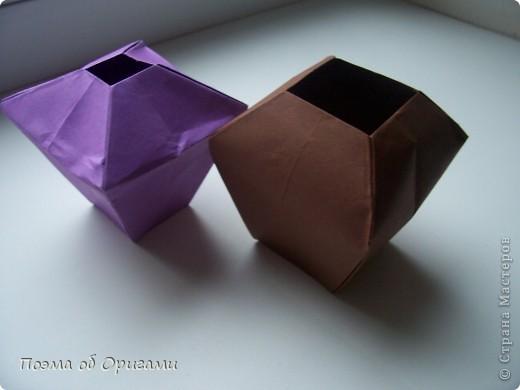 Эта ваза – модель знаменитого слепого оригамиста – Сабуро Казе. Ромашку придумал не менее известный автор – Сергей Афонькин. И цветок и ваза сложены из квадратов одной величины. Дополнительно понадобится еще один зеленый квадрат для стебля. Таким образом, для одной поделки потребуется три квадрата 20х20см. фото 16