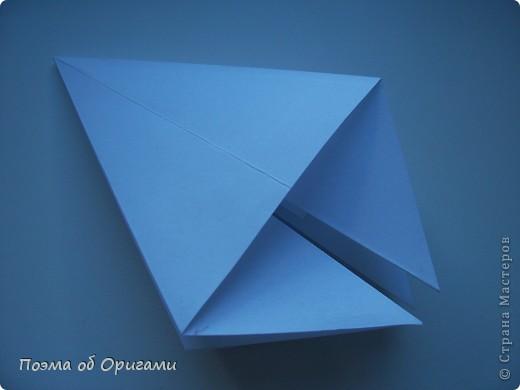 Эта ваза – модель знаменитого слепого оригамиста – Сабуро Казе. Ромашку придумал не менее известный автор – Сергей Афонькин. И цветок и ваза сложены из квадратов одной величины. Дополнительно понадобится еще один зеленый квадрат для стебля. Таким образом, для одной поделки потребуется три квадрата 20х20см. фото 17