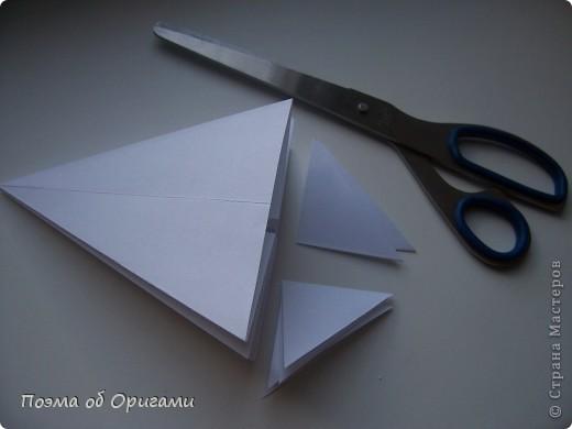Эта ваза – модель знаменитого слепого оригамиста – Сабуро Казе. Ромашку придумал не менее известный автор – Сергей Афонькин. И цветок и ваза сложены из квадратов одной величины. Дополнительно понадобится еще один зеленый квадрат для стебля. Таким образом, для одной поделки потребуется три квадрата 20х20см. фото 18
