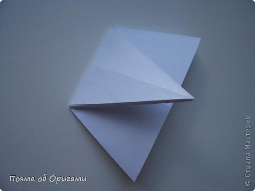 Эта ваза – модель знаменитого слепого оригамиста – Сабуро Казе. Ромашку придумал не менее известный автор – Сергей Афонькин. И цветок и ваза сложены из квадратов одной величины. Дополнительно понадобится еще один зеленый квадрат для стебля. Таким образом, для одной поделки потребуется три квадрата 20х20см. фото 19
