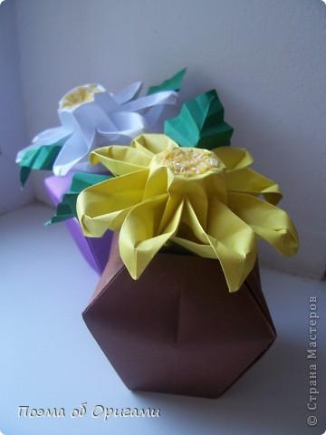 Эта ваза – модель знаменитого слепого оригамиста – Сабуро Казе. Ромашку придумал не менее известный автор – Сергей Афонькин. И цветок и ваза сложены из квадратов одной величины. Дополнительно понадобится еще один зеленый квадрат для стебля. Таким образом, для одной поделки потребуется три квадрата 20х20см. фото 1