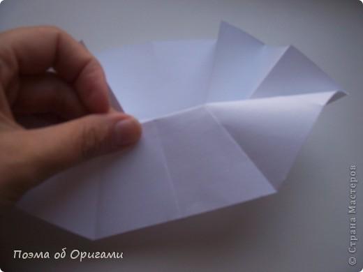 Эта ваза – модель знаменитого слепого оригамиста – Сабуро Казе. Ромашку придумал не менее известный автор – Сергей Афонькин. И цветок и ваза сложены из квадратов одной величины. Дополнительно понадобится еще один зеленый квадрат для стебля. Таким образом, для одной поделки потребуется три квадрата 20х20см. фото 21