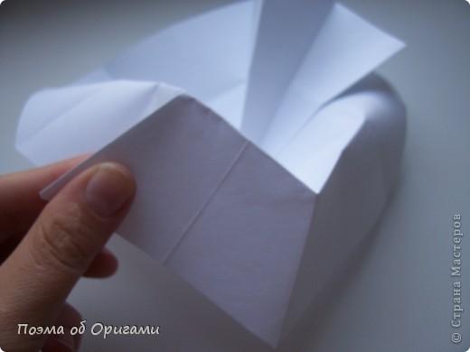 Эта ваза – модель знаменитого слепого оригамиста – Сабуро Казе. Ромашку придумал не менее известный автор – Сергей Афонькин. И цветок и ваза сложены из квадратов одной величины. Дополнительно понадобится еще один зеленый квадрат для стебля. Таким образом, для одной поделки потребуется три квадрата 20х20см. фото 22