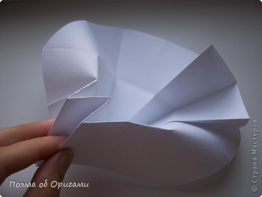 Эта ваза – модель знаменитого слепого оригамиста – Сабуро Казе. Ромашку придумал не менее известный автор – Сергей Афонькин. И цветок и ваза сложены из квадратов одной величины. Дополнительно понадобится еще один зеленый квадрат для стебля. Таким образом, для одной поделки потребуется три квадрата 20х20см. фото 23
