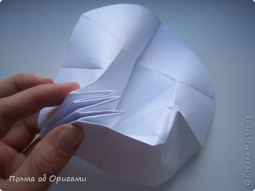 Эта ваза – модель знаменитого слепого оригамиста – Сабуро Казе. Ромашку придумал не менее известный автор – Сергей Афонькин. И цветок и ваза сложены из квадратов одной величины. Дополнительно понадобится еще один зеленый квадрат для стебля. Таким образом, для одной поделки потребуется три квадрата 20х20см. фото 24
