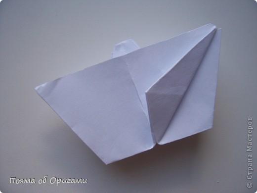 Эта ваза – модель знаменитого слепого оригамиста – Сабуро Казе. Ромашку придумал не менее известный автор – Сергей Афонькин. И цветок и ваза сложены из квадратов одной величины. Дополнительно понадобится еще один зеленый квадрат для стебля. Таким образом, для одной поделки потребуется три квадрата 20х20см. фото 29