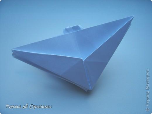 Эта ваза – модель знаменитого слепого оригамиста – Сабуро Казе. Ромашку придумал не менее известный автор – Сергей Афонькин. И цветок и ваза сложены из квадратов одной величины. Дополнительно понадобится еще один зеленый квадрат для стебля. Таким образом, для одной поделки потребуется три квадрата 20х20см. фото 30