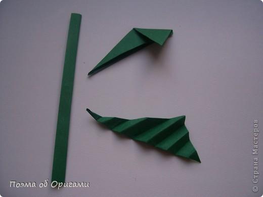 Эта ваза – модель знаменитого слепого оригамиста – Сабуро Казе. Ромашку придумал не менее известный автор – Сергей Афонькин. И цветок и ваза сложены из квадратов одной величины. Дополнительно понадобится еще один зеленый квадрат для стебля. Таким образом, для одной поделки потребуется три квадрата 20х20см. фото 38