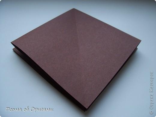 Эта ваза – модель знаменитого слепого оригамиста – Сабуро Казе. Ромашку придумал не менее известный автор – Сергей Афонькин. И цветок и ваза сложены из квадратов одной величины. Дополнительно понадобится еще один зеленый квадрат для стебля. Таким образом, для одной поделки потребуется три квадрата 20х20см. фото 3