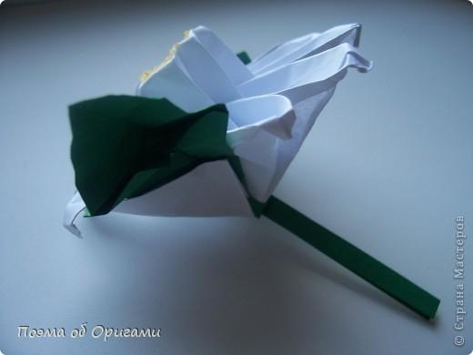 Эта ваза – модель знаменитого слепого оригамиста – Сабуро Казе. Ромашку придумал не менее известный автор – Сергей Афонькин. И цветок и ваза сложены из квадратов одной величины. Дополнительно понадобится еще один зеленый квадрат для стебля. Таким образом, для одной поделки потребуется три квадрата 20х20см. фото 40