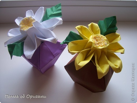 Эта ваза – модель знаменитого слепого оригамиста – Сабуро Казе. Ромашку придумал не менее известный автор – Сергей Афонькин. И цветок и ваза сложены из квадратов одной величины. Дополнительно понадобится еще один зеленый квадрат для стебля. Таким образом, для одной поделки потребуется три квадрата 20х20см. фото 41