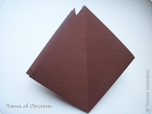Эта ваза – модель знаменитого слепого оригамиста – Сабуро Казе. Ромашку придумал не менее известный автор – Сергей Афонькин. И цветок и ваза сложены из квадратов одной величины. Дополнительно понадобится еще один зеленый квадрат для стебля. Таким образом, для одной поделки потребуется три квадрата 20х20см. фото 4