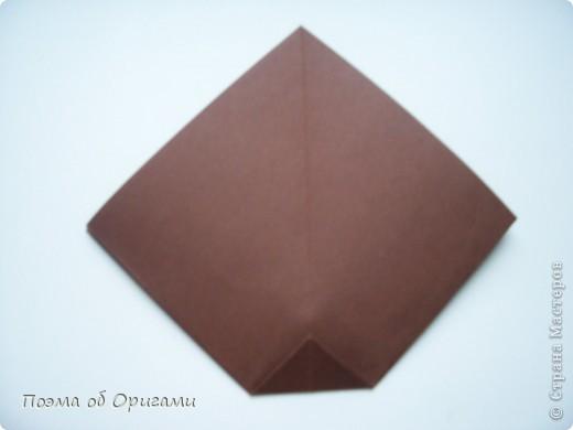 Эта ваза – модель знаменитого слепого оригамиста – Сабуро Казе. Ромашку придумал не менее известный автор – Сергей Афонькин. И цветок и ваза сложены из квадратов одной величины. Дополнительно понадобится еще один зеленый квадрат для стебля. Таким образом, для одной поделки потребуется три квадрата 20х20см. фото 5