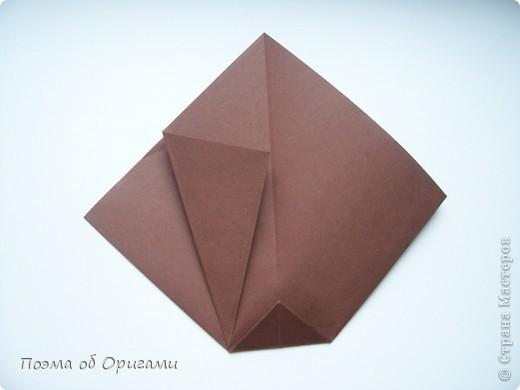 Эта ваза – модель знаменитого слепого оригамиста – Сабуро Казе. Ромашку придумал не менее известный автор – Сергей Афонькин. И цветок и ваза сложены из квадратов одной величины. Дополнительно понадобится еще один зеленый квадрат для стебля. Таким образом, для одной поделки потребуется три квадрата 20х20см. фото 6