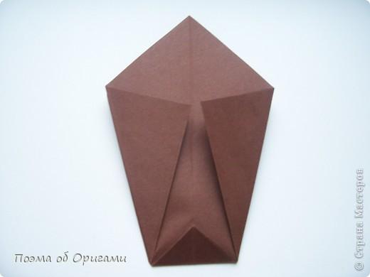 Эта ваза – модель знаменитого слепого оригамиста – Сабуро Казе. Ромашку придумал не менее известный автор – Сергей Афонькин. И цветок и ваза сложены из квадратов одной величины. Дополнительно понадобится еще один зеленый квадрат для стебля. Таким образом, для одной поделки потребуется три квадрата 20х20см. фото 7