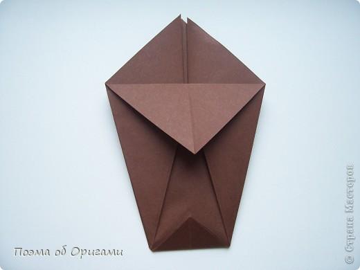 Эта ваза – модель знаменитого слепого оригамиста – Сабуро Казе. Ромашку придумал не менее известный автор – Сергей Афонькин. И цветок и ваза сложены из квадратов одной величины. Дополнительно понадобится еще один зеленый квадрат для стебля. Таким образом, для одной поделки потребуется три квадрата 20х20см. фото 8