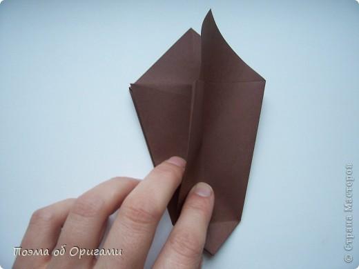 Эта ваза – модель знаменитого слепого оригамиста – Сабуро Казе. Ромашку придумал не менее известный автор – Сергей Афонькин. И цветок и ваза сложены из квадратов одной величины. Дополнительно понадобится еще один зеленый квадрат для стебля. Таким образом, для одной поделки потребуется три квадрата 20х20см. фото 9
