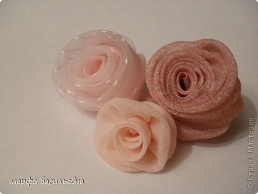 По лекалам вырезаем лепестки строго под углом 45 градусов.Ширину и длину можно увеличить,тогда розочка получится побольше.По этим лекалам получается цветок 2.5-3 см(в диаметре) фото 8