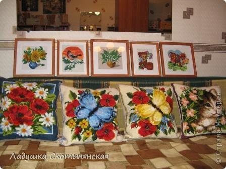 Галерея вышитых картин и подушек. Все они выполнены моей мамой. Подушки вышиты из готовых наборов производства Бельгии. В наборе положена крупная канва из сизаля (на ней уже накрашен рисунок)  и синтетические нитки, достаточно толстые.  фото 1