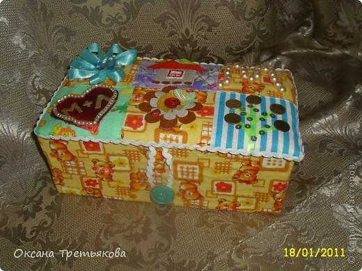 Делаю я подруге подарок. Первая часть подарка здесь http://stranamasterov.ru/node/132767. Но мне хотелось, чтоб ангел не просто так держал в руке один лоскуток, а чтоб их было много. Вот и решила сделать шкатулку. Первый опыт создания шкатулки закончился плачевно, но вот этот по моим представлениям как раз то, что надо  - и весело и лоскутная техника чуть-чуть да соблюдается. А шкатулка-открытка, так как я  хотела чтоб картинки на крышке отражали мои пожелания ей - вот так и возникло сердечко - как символ любви, денежное дерево, цветы как символ красоты ну и домашний очаг конечно же. Букавка М так как подругу зовут Марина. Это мой первый опыт - не все конечно получилось. Но в целом я довольна результатом. Если когда-нибудь решусь еще на подобные эксперементы постараюсь учесть все свои недостатки.  Спасибо огромное моим любимым подругам с сайта Леночке (Kyld), Тамаре, Елене Аржановой и Светлане26 за поддержку и советы. фото 1