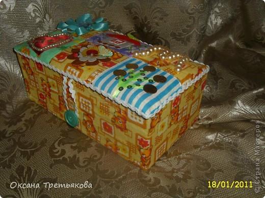 Делаю я подруге подарок. Первая часть подарка здесь http://stranamasterov.ru/node/132767. Но мне хотелось, чтоб ангел не просто так держал в руке один лоскуток, а чтоб их было много. Вот и решила сделать шкатулку. Первый опыт создания шкатулки закончился плачевно, но вот этот по моим представлениям как раз то, что надо  - и весело и лоскутная техника чуть-чуть да соблюдается. А шкатулка-открытка, так как я  хотела чтоб картинки на крышке отражали мои пожелания ей - вот так и возникло сердечко - как символ любви, денежное дерево, цветы как символ красоты ну и домашний очаг конечно же. Букавка М так как подругу зовут Марина. Это мой первый опыт - не все конечно получилось. Но в целом я довольна результатом. Если когда-нибудь решусь еще на подобные эксперементы постараюсь учесть все свои недостатки.  Спасибо огромное моим любимым подругам с сайта Леночке (Kyld), Тамаре, Елене Аржановой и Светлане26 за поддержку и советы. фото 2
