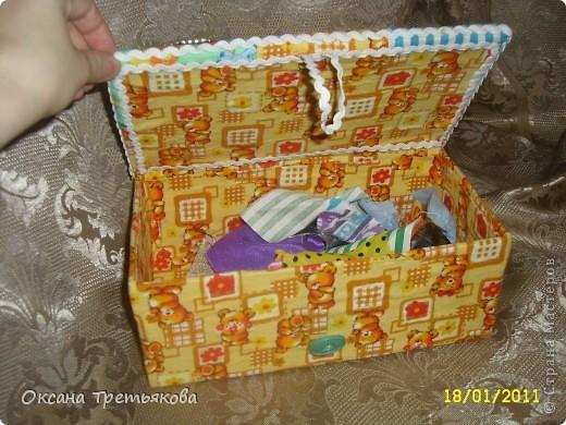 Делаю я подруге подарок. Первая часть подарка здесь http://stranamasterov.ru/node/132767. Но мне хотелось, чтоб ангел не просто так держал в руке один лоскуток, а чтоб их было много. Вот и решила сделать шкатулку. Первый опыт создания шкатулки закончился плачевно, но вот этот по моим представлениям как раз то, что надо  - и весело и лоскутная техника чуть-чуть да соблюдается. А шкатулка-открытка, так как я  хотела чтоб картинки на крышке отражали мои пожелания ей - вот так и возникло сердечко - как символ любви, денежное дерево, цветы как символ красоты ну и домашний очаг конечно же. Букавка М так как подругу зовут Марина. Это мой первый опыт - не все конечно получилось. Но в целом я довольна результатом. Если когда-нибудь решусь еще на подобные эксперементы постараюсь учесть все свои недостатки.  Спасибо огромное моим любимым подругам с сайта Леночке (Kyld), Тамаре, Елене Аржановой и Светлане26 за поддержку и советы. фото 3
