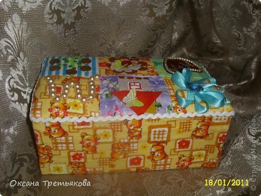 Делаю я подруге подарок. Первая часть подарка здесь http://stranamasterov.ru/node/132767. Но мне хотелось, чтоб ангел не просто так держал в руке один лоскуток, а чтоб их было много. Вот и решила сделать шкатулку. Первый опыт создания шкатулки закончился плачевно, но вот этот по моим представлениям как раз то, что надо  - и весело и лоскутная техника чуть-чуть да соблюдается. А шкатулка-открытка, так как я  хотела чтоб картинки на крышке отражали мои пожелания ей - вот так и возникло сердечко - как символ любви, денежное дерево, цветы как символ красоты ну и домашний очаг конечно же. Букавка М так как подругу зовут Марина. Это мой первый опыт - не все конечно получилось. Но в целом я довольна результатом. Если когда-нибудь решусь еще на подобные эксперементы постараюсь учесть все свои недостатки.  Спасибо огромное моим любимым подругам с сайта Леночке (Kyld), Тамаре, Елене Аржановой и Светлане26 за поддержку и советы. фото 4